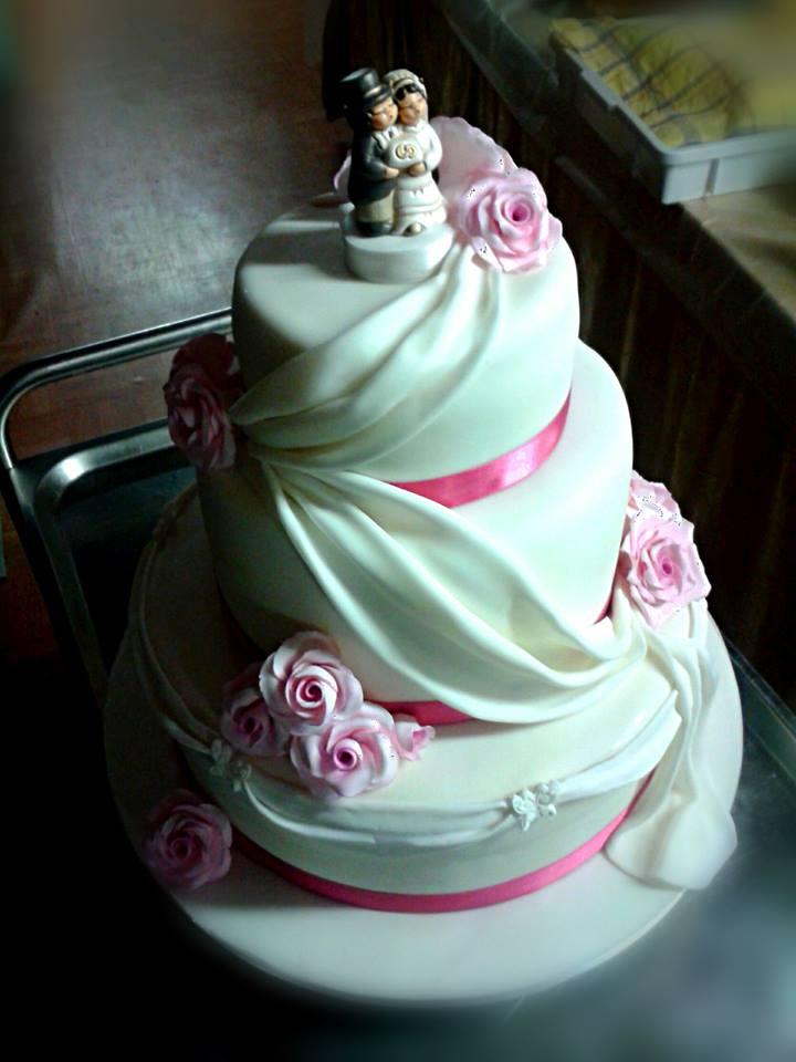 Caramelliamo wedding cake con rose e drappeggio for Piani a due piani con master al primo piano