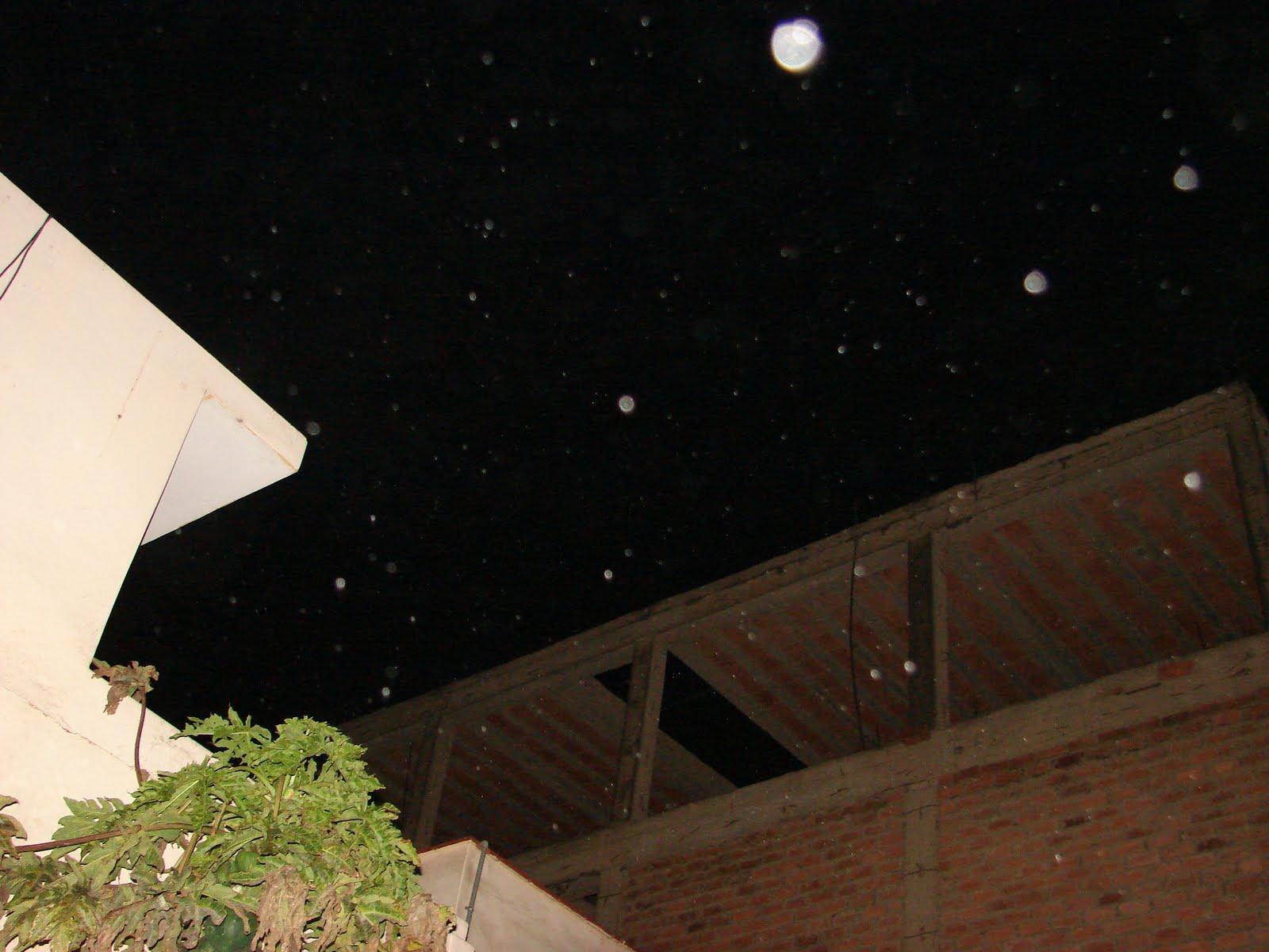 Urgente-6-octubre-7-8-9-10-11-12-13...2011...avistamientos Ovni en cielo casa Huacho hoy-,2:40 am