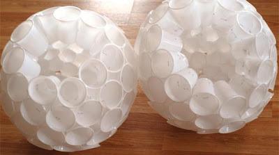 boneco de neve com reciclagem de copos descartáveis