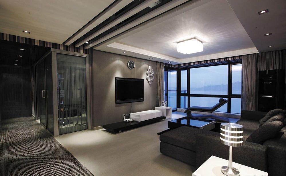 Una gran pantalla de tv para una sala oscura e íntima con tintes