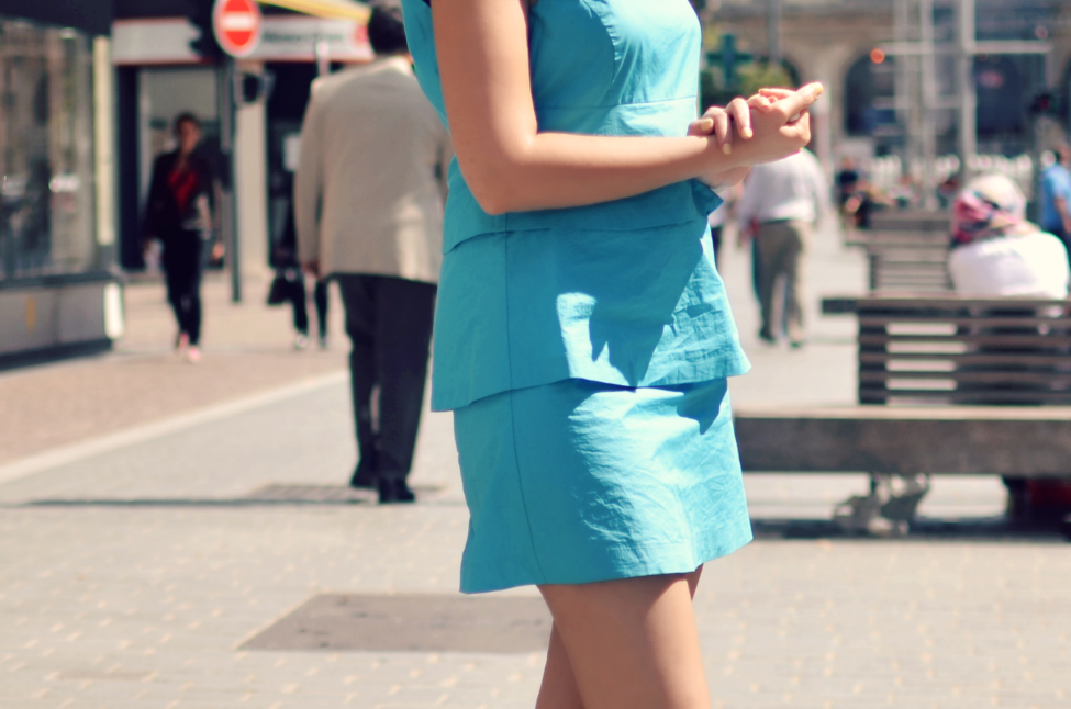 detail picture of theserialshopper wearing a sixties inspired turquoise dress in lille france