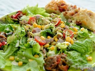 Salade au thon et fougasse