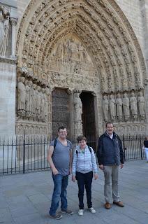 Jubi-Teilnehmende vor Notre Dame