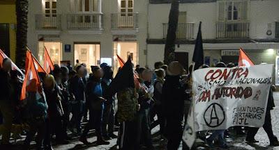 """Crónica y fotos de la manifestación por la calles de Cádiz el 20 de Noviembre. Poco antes de la 19:00h de la tarde comenzaron a concentrarse compañeros en la Plaza de las Flores, en su mayoría jóvenes, en apoyo a la convocatoria de la CNT y de las Juventudes Libertarias de Cádiz de manifestarse contra el fascismo y los nacionalismos, con el lema: """"20-N NI FASCISTAS NI NACIONALISTAS CONTRA TODA AUTORIDAD"""" Pocos después de la hora indicada dio comienzo la manifestación con un nutrido grupo afiliados y simpatizantes que recorrieron varias calles de la ciudad sin ningún tipo de incidentes, aunque no por eso, dejó de estar bastante animada en todo momento, coreándose frases contra el fascismo y contra el nacionalismo. El recorrido fue el mismo que en otras ocasiones, finalizado donde habíamos comenzado en la Plaza de las Flores, donde varios compañeros del SOV CNT Cádiz y del SOV de CNT Chiclana, tomaron la palabra, para hacer una crítica de la situación política y social de la actualidad, de los recortes sociales y laborales, así como del aumento de la represión y el recorte de la libertad de expresión y del derecho de manifestarnos y de actuar en defensa de nuestros derechos y de nuestras vidas. También hubo un recordatorio en homenaje a Durruti, ese legendario compañero anarcosindicalista, ejemplo de lucha por la libertad y la revolución social, en el 77 aniversario de su muerte. Durruti, que lo dijo claro: """"O revolución, o fascismo"""". Su asesinato por los fascistas, junto al de cientos de miles de compañeros que todavía están desaparecidos en enterramientos clandestinos, impidió la revolución y fue el preludio de 35 años de dictadura fascista, seguidos de otros 35 de """"democracia"""" cuya descomposición está alentando el resurgir del fascismo. Los anarcosindicalistas siempre hemos luchado contra el fascismo, por medio de la palabra si es posible, por todos los medios si nos obligan. El patrioterismo nos repugna, pues en la afirmación nacionalista van implícitas las fronte"""