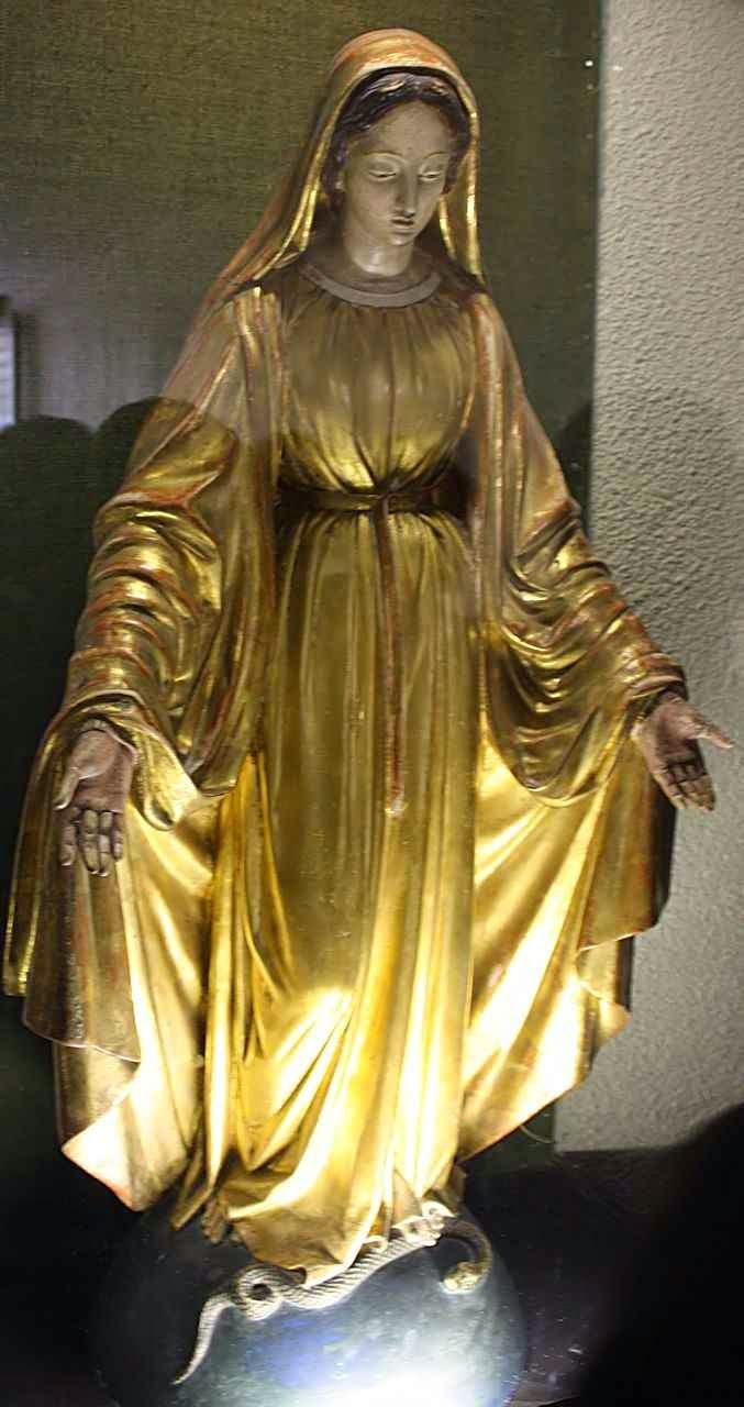Imagem de Nossa Senhora hoje no 'cachot' esmagando o demônio. Santa Bernadette dizia que Nossa Senhora aparecia assim.