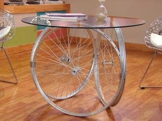 Mesas hechas con partes de bicicletas curiosas ideas - Mesas con ruedas de carro ...