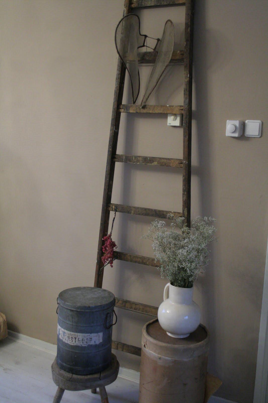 Brocante Keuken Kopen : Engelenvleugels hangen aan de ladder