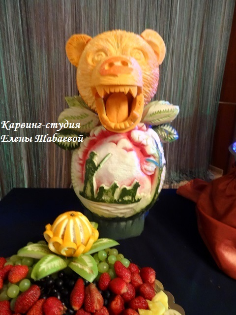 фруктовая композиция скульптура медведя из тыквы