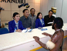 foto Nasabah BANK Mandiri Telanjang di Ruang Teller