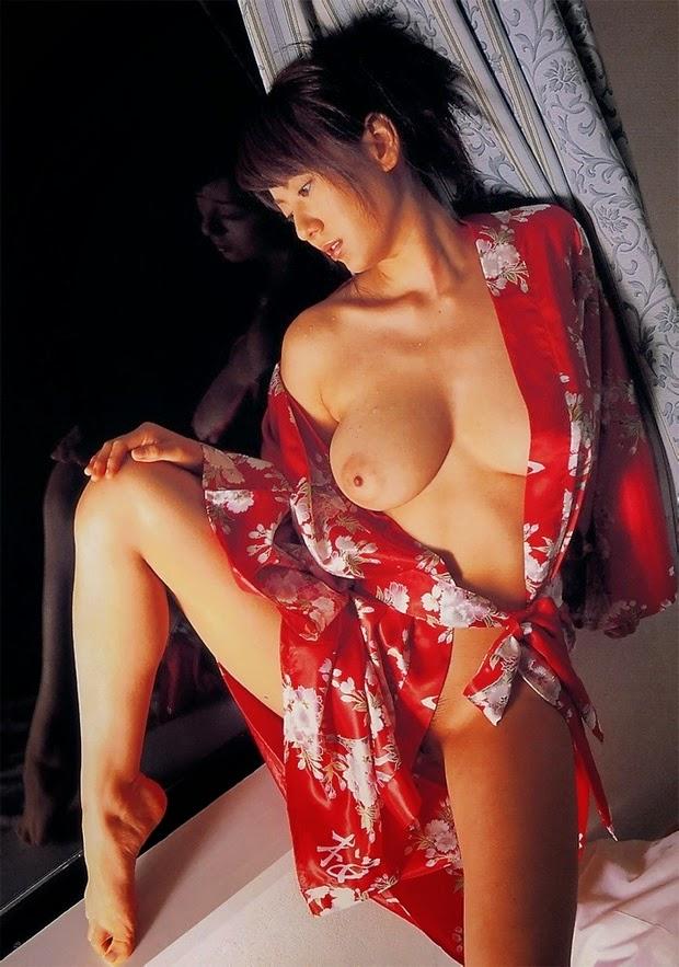 jeune femme asiatique en kimono rouge ouvert sur sa poitrine