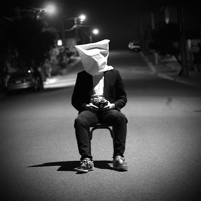 صورة فرد أعزل لمشاعر حزينة