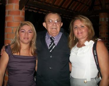 A colunista Leylla Carla ao lado do casal João Sabino e Aparecida