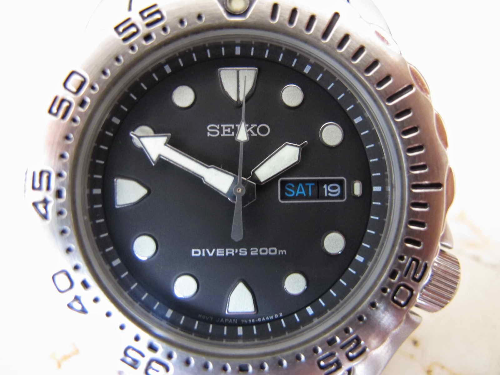 RARE item.... yang bosan memakan jam tangan automatic.. yang pasti jam akan  mati bila ditaruh lebih dari 40 jam...... sehingga tidak perlu repot-repot  ... e006334cf2