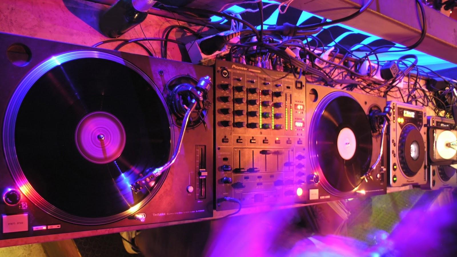 http://1.bp.blogspot.com/-2ziDXSt7gps/UEshnSzxiSI/AAAAAAAAFCI/jul1jvcSrUM/s1600/disc-jockey-turntables1080.jpg
