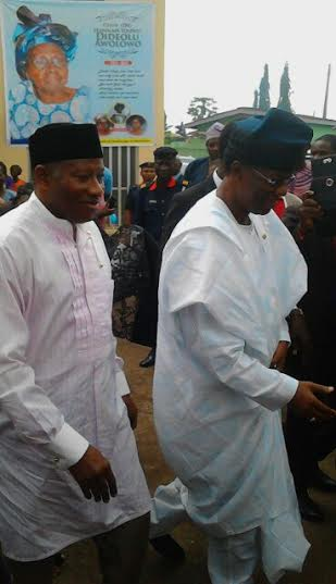 Goodluck Jonathan and Gbenga Daniel visit Awolowo residence in condolence