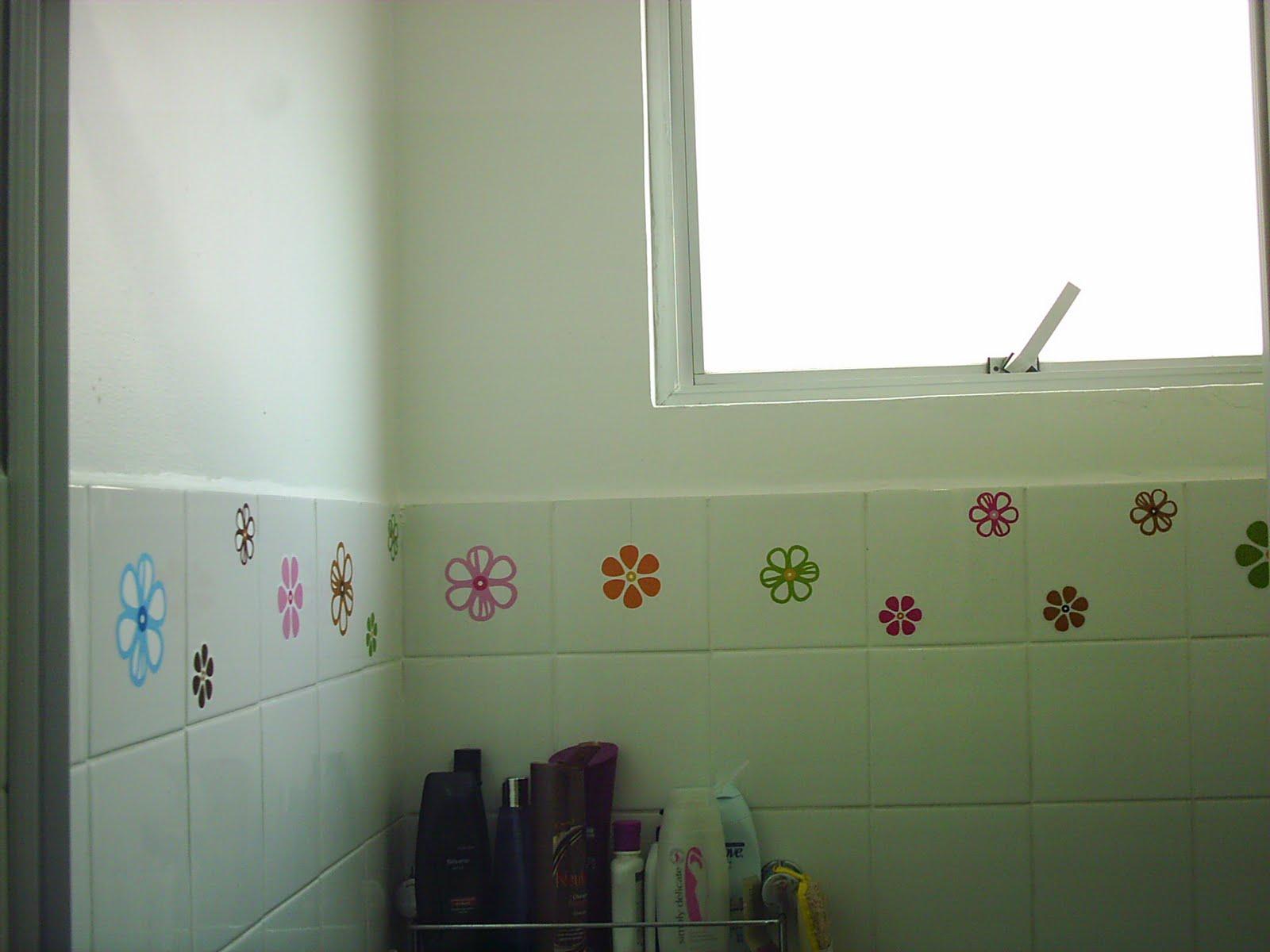 Na verdade eu deixei as flores só dentro do box para não ficar tão  #693B2C 1600x1200 Banheiro Container Bahia