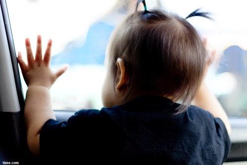 Image adorable bébé en voiture