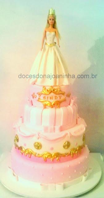 Bolo Princesa com 3 andares com bolo Boneca Barbie em rosa, branco e dourado.