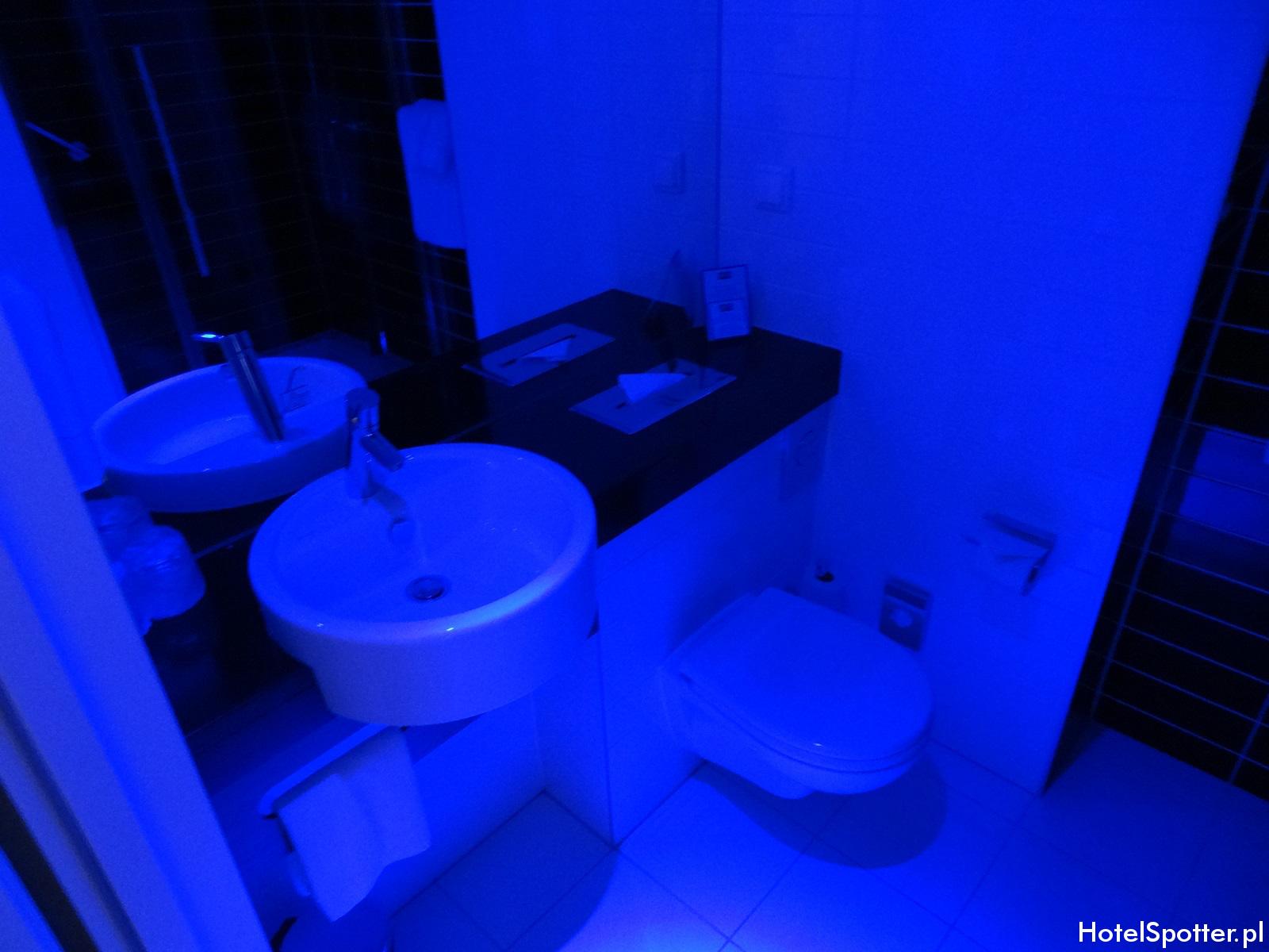 Holiday Inn Express Warsaw Airport łazienka na niebiesko