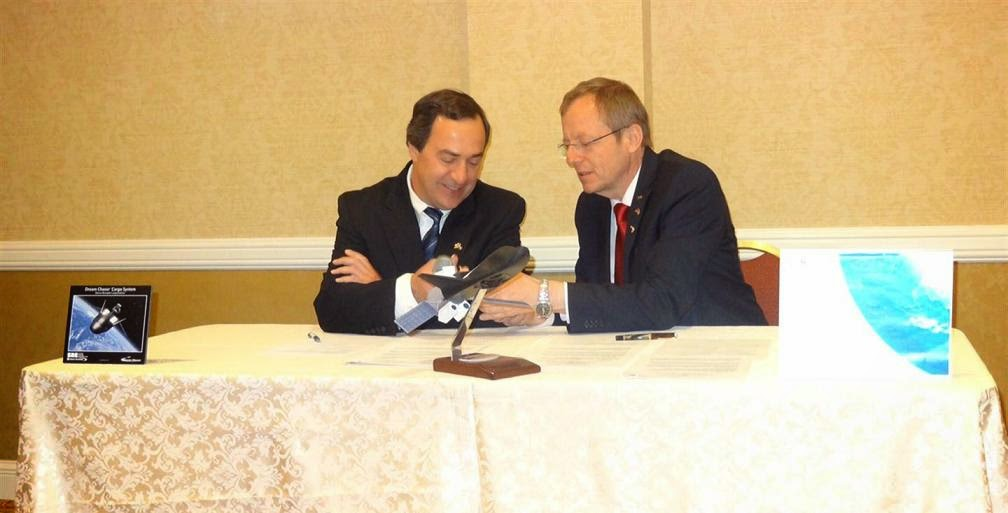 Mark Sirangelo, SNC VP and Prof. Jan Woerner, DLR sign agreement. Credit: DLR