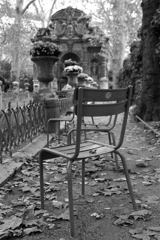 Paris through my lens une chaise et feuilles - Chaise jardin du luxembourg ...