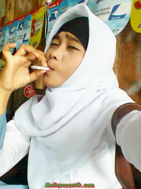 Foto Cewek SMA Berjilbab Asyik Merokok (Kimcil)