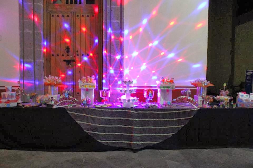 mesa de dulces y botanas iluminada okmira