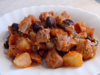 spezzatino di soia al pomodoro con capperi, olive e patate