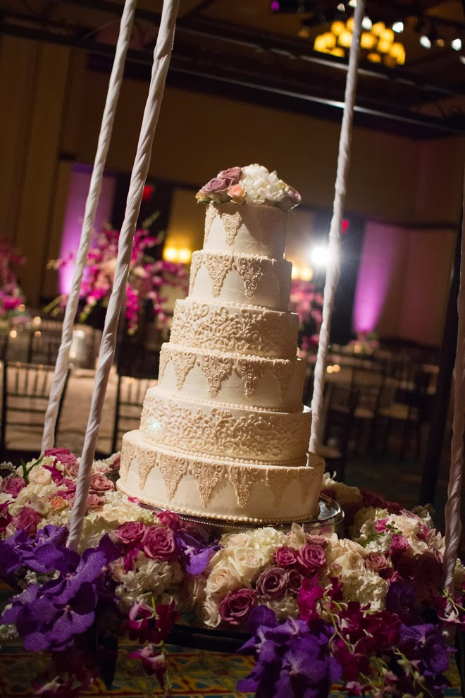 Wedding Cake Table Decorations Flowers : Fabulous wedding cake table ideas using flowers belle