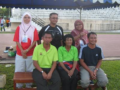 Guru-guru pengiring sofbol daripada pasukan Sibu bergambar kenangan dengan Cik Sita Lahap