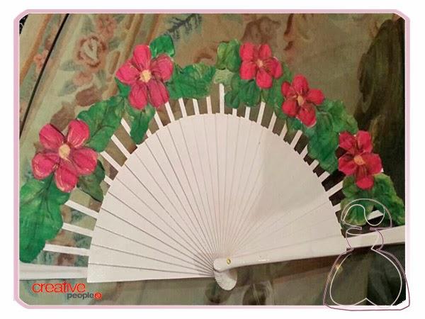 Abanico pintado a mano por Sylvia López Morant modelo Flores Fucsias.