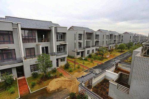 Balas Budi, Miliader Bangun Apartemen Gratis Warga Satu Desa