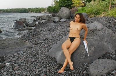 Tante bugil di sungai