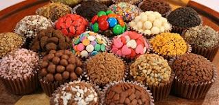 Um pouco de açúcar por dia não vai fazer ninguém envelhecer, mas o hábito de comer muito açúcar, seja em bebidas ou em doces (como aquele brigadeiro de todo dia), é danoso para o corpo e para a pele. Isso acontece porque os picos de açúcar no sangue fazem com que o pâncreas trabalhe mais, liberando o hormônio insulina, que é responsável por retirar esse açúcar da circulação. Como ele é transformado em energia e normalmente a pessoa não vai gastar toda essa produção, a energia será estocada em forma de gordura. E gordura gera processos inflamatórios no corpo que o fazem envelhecer.