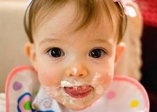 طفل يأكل بشكل مضحك