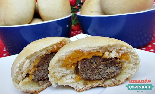 Pão que já sai do forno recheado com hambúrguer e queijo