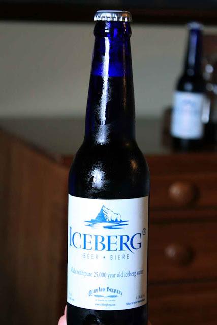 Typisch: die blaue Flasche des Iceberg Beers © Copyright Monika Fuchs, TravelWorldOnline