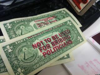 regala dinero como protesta