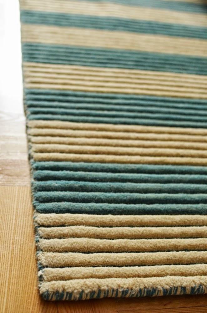 Salon w mięcie i szarości, dywan w paski