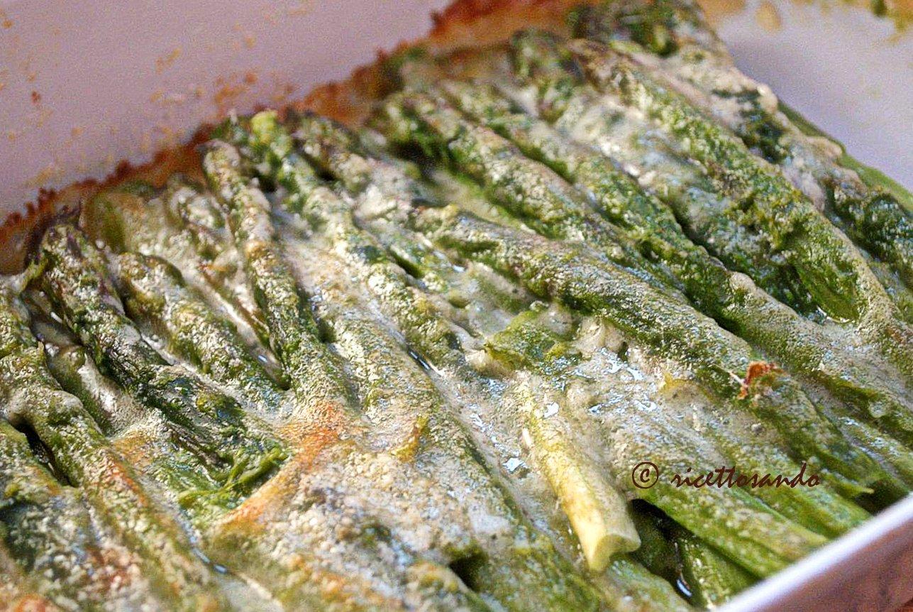 Asparagi al gratin passiamo a forno con parmigiano per gratinare