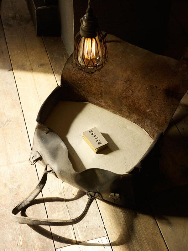 vieja maleta iluminada con lampara colgante