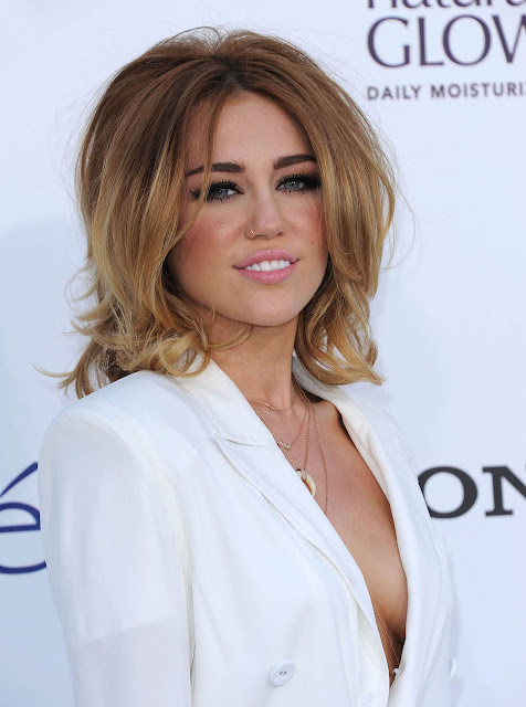 Sexy Actress Miley Cyrus Hot Wallpapers
