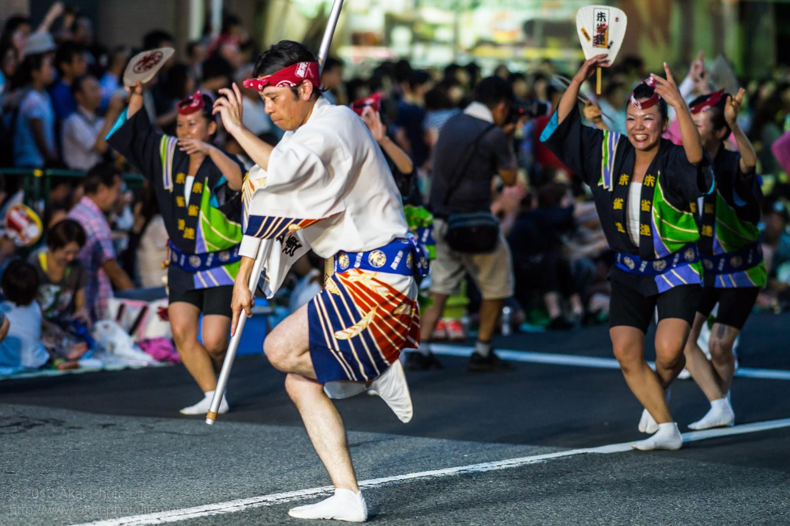 高円寺阿波踊り 朱雀連の高張提灯の持ち手と女性の男踊り