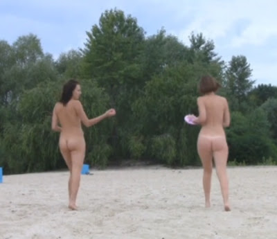 young naked girlfriends , girls nudists on the beach