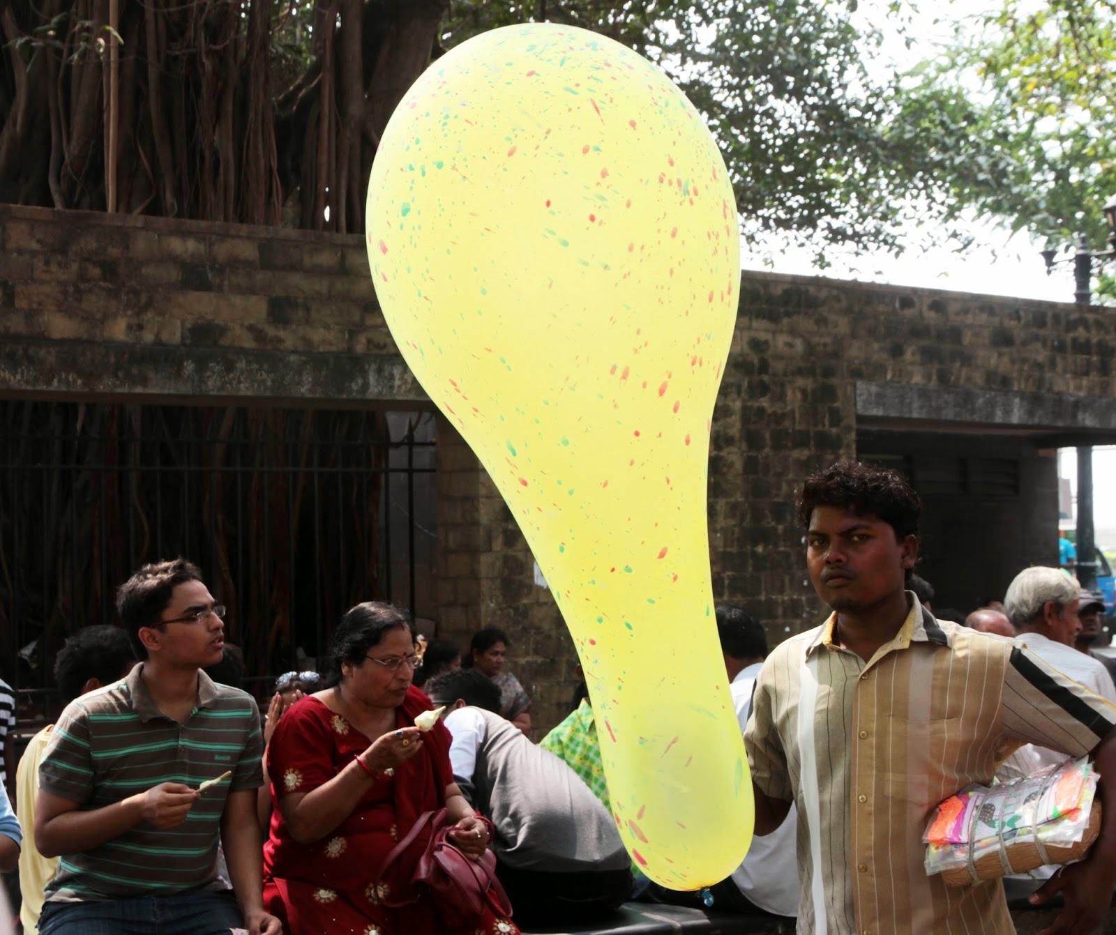 Who buys the giant balloons of Mumbai?