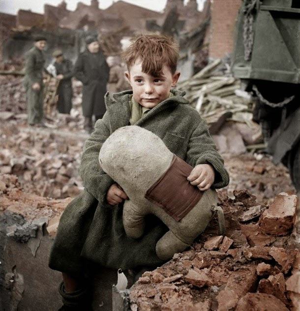 28 Realistically Colorized Historical Photos Make the Past Seem Incredibly Alive - London, 1945