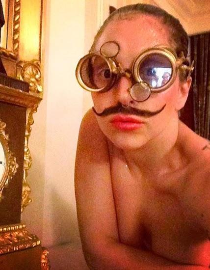 Ни за что не догадаетесь, но на этом сэлфшоте запечатлена Леди Гага, пожалуй это самый экстравагантный selfie года