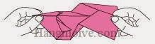 Bước 13: Kéo ra và gấp hai cạnh giấy vào nhau.