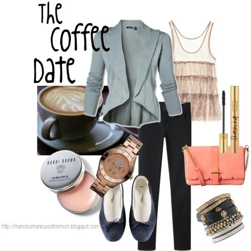 Pantalones cómodos, blazer, accesorios discretos, maquillaje ligero