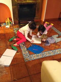 niños pintando en el suelo del ssalon